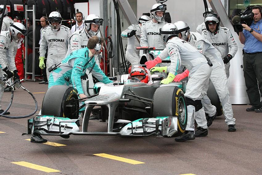 Schumacher stellt seinen Boliden mit Benzindruck Problemen ab