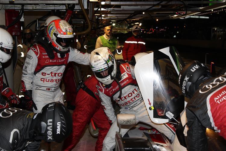 Tom Kristensen und Allan McNish beim Fahrerwechsel