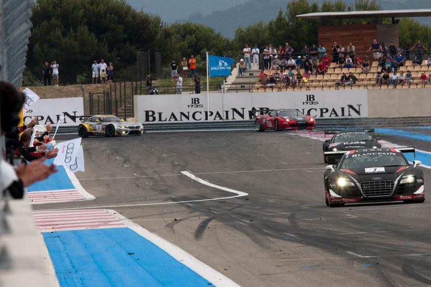 Die Zieldurchfahrt für den #1 WRT Audi in Le Castellet