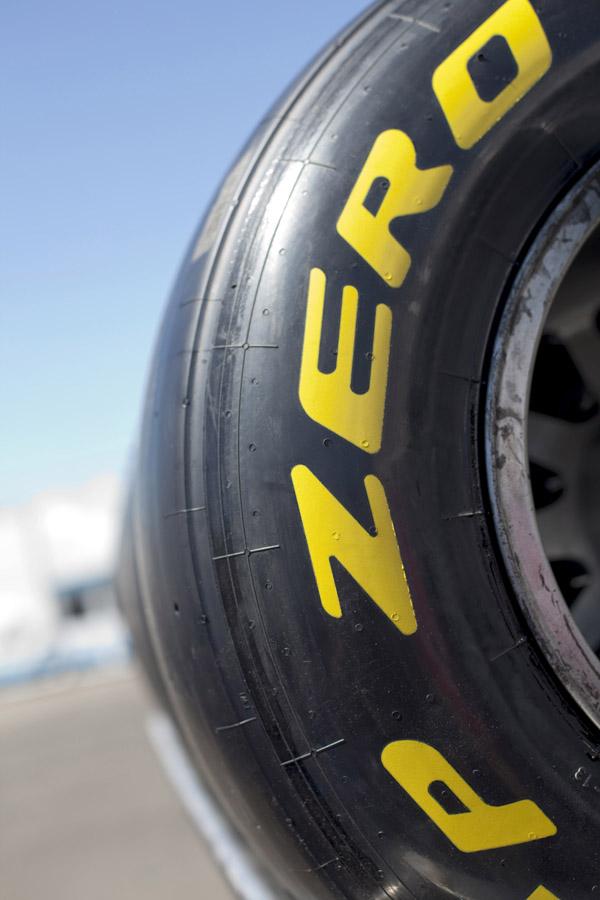 Den Fahrern stehen 5 Sätze Slickreifen von Pirelli zu