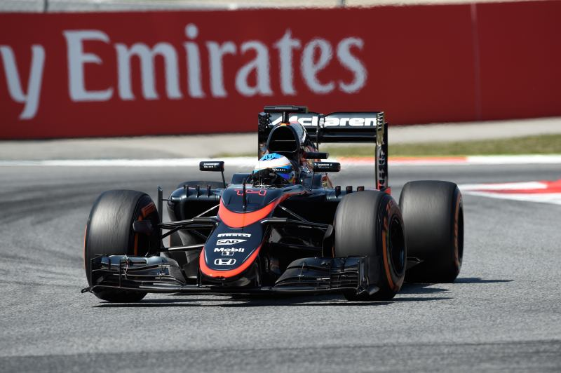 Der McLaren-Honda von Alonso wird in die Garage geschoben
