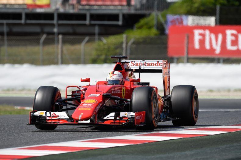 15:11 Uhr - Vettel pirscht sich von hinten an den Mercedes von Lewis Hamilton ran