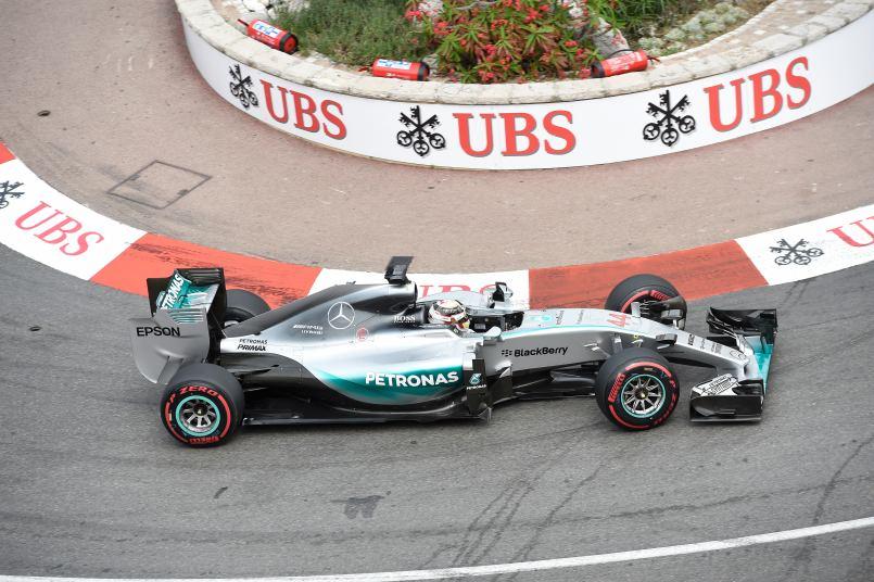 Eigentlich war Hamilton schon sicher im Sieg - und nun muss er sich von P3 wieder nach vorne kämpfen
