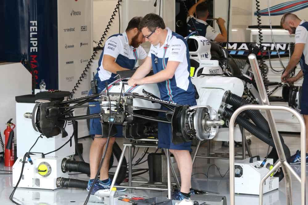 Die Williams Mechaniker mussten Massa ein neues Auto aufbauen