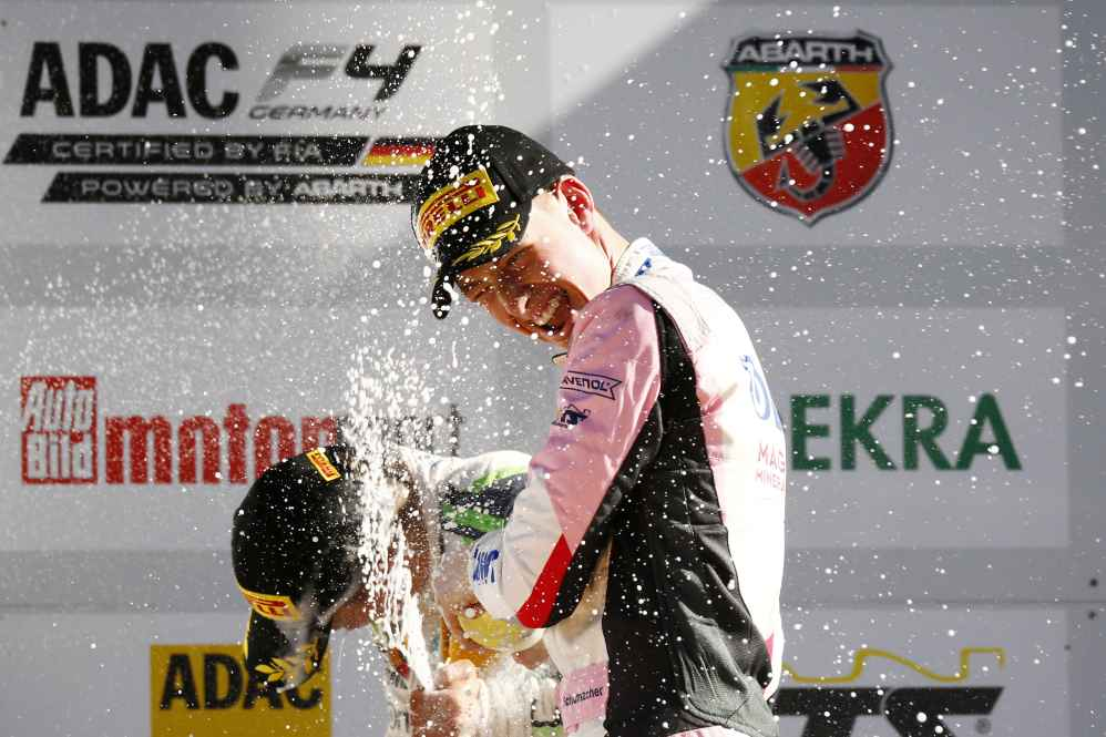 David Schumacher feiert seinen Rookiesieg ausgelassen