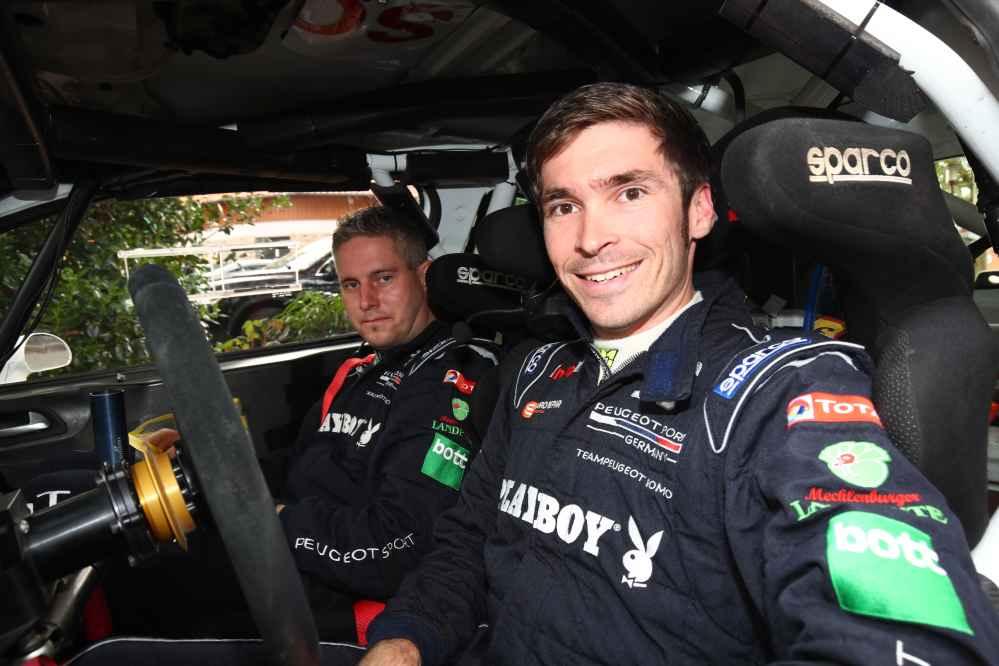 Strahlendes Lächeln bei Marijan Griebel und Alexander Rath nach Sieg bei ADAC Rallye Niedersachsen