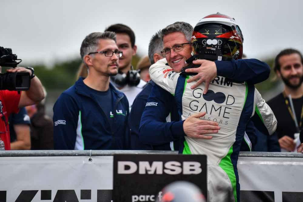 Glückwunsch an den Schützling: Teamchef Ralf Schumacher gratuliert Rennsieger Zendeli