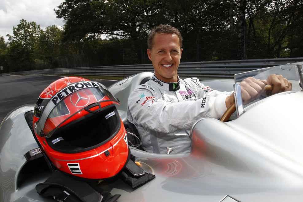 Michael Schumacher fährt im Silberpfeil auf der Nordschleife des Nürburgrings.