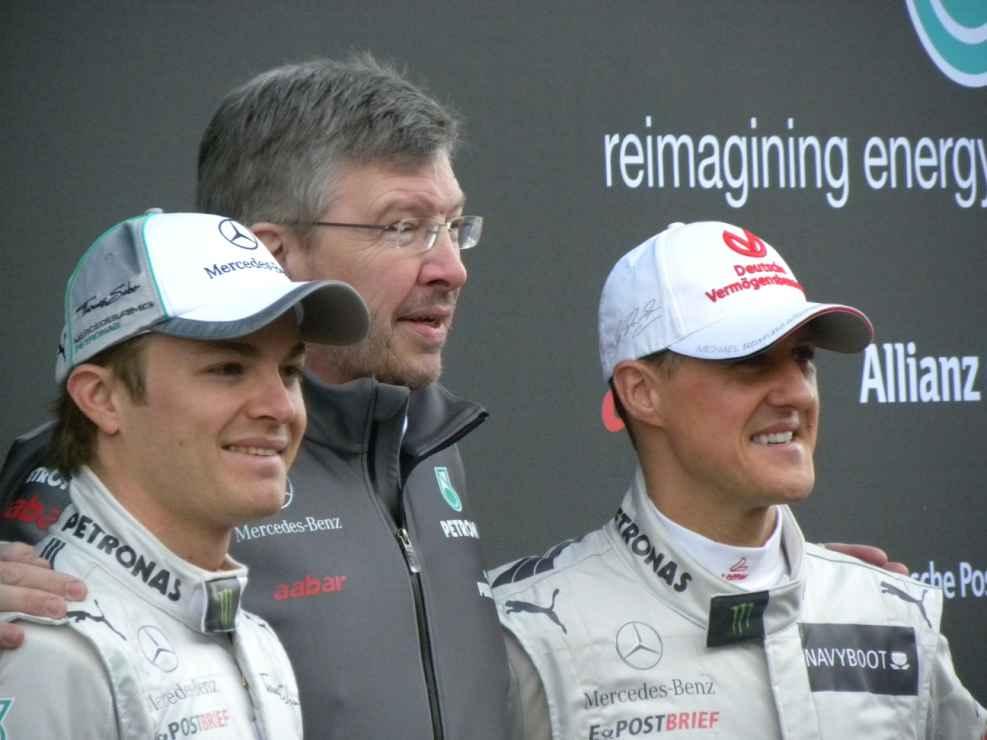 Der neue Dienstwagen für Michael Schumacher und Nico Rosberg. In der Mitte steht Ross Brawn