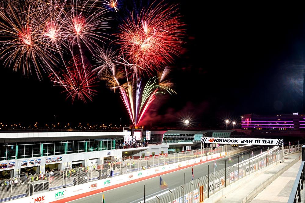 Feuerwerk beim 24-Stunden-Rennen in Dubai 2018