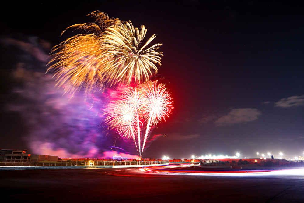 Feuerwerk über dem Dubai Autodrome Circuit