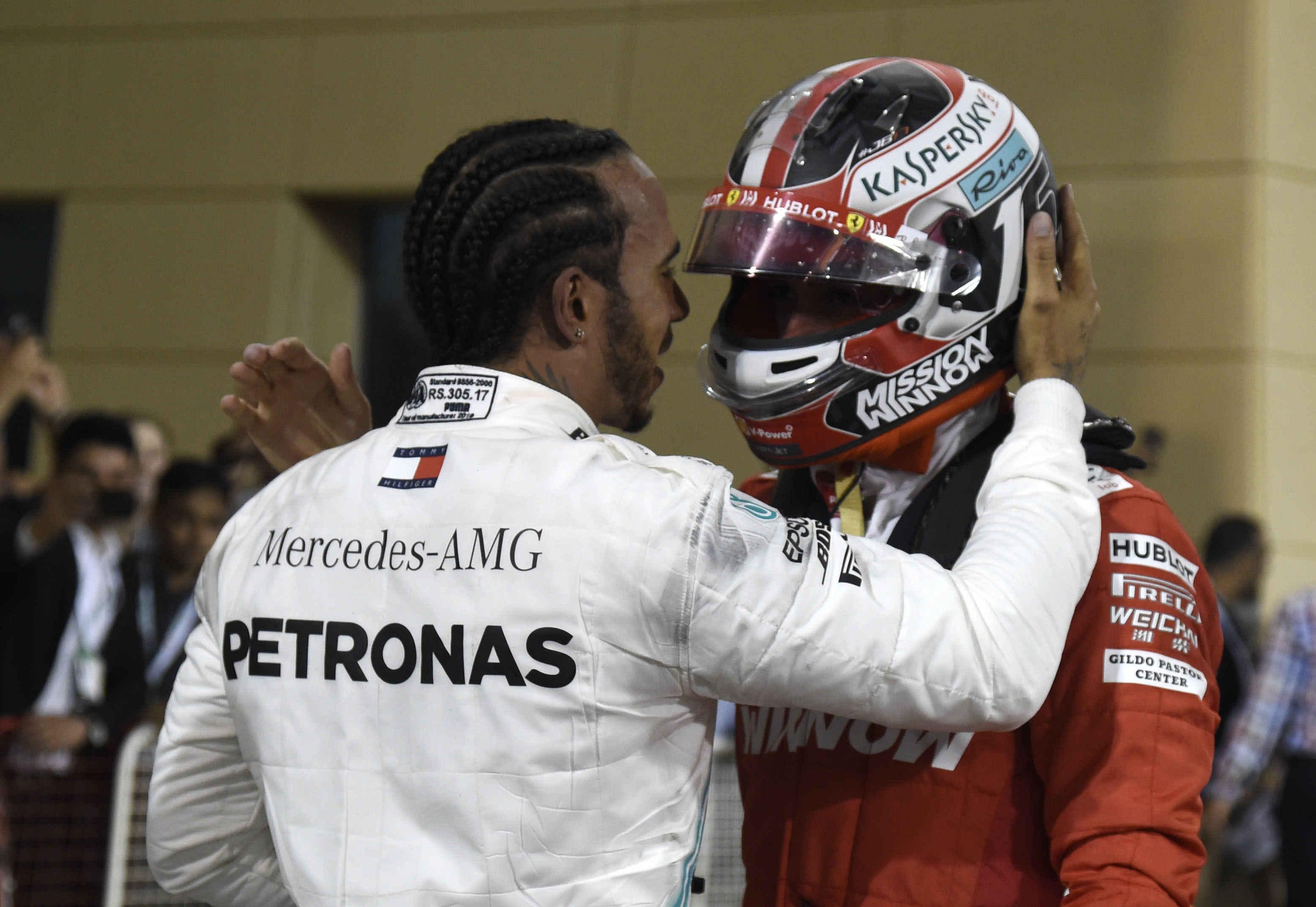Hamilton tröstet Leclerc im parcferme
