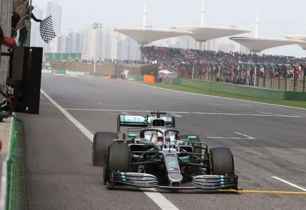 Hamilton überquert die Ziellinie als Erster