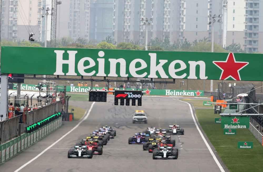 Hamilton übernimmt die Führung direkt beim Start