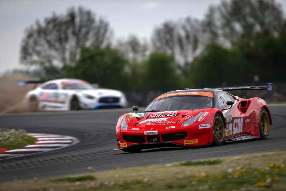 Die Ferrari-Piloten Sebastian Asch und Luca Ludwig kamen auf Platz fünf