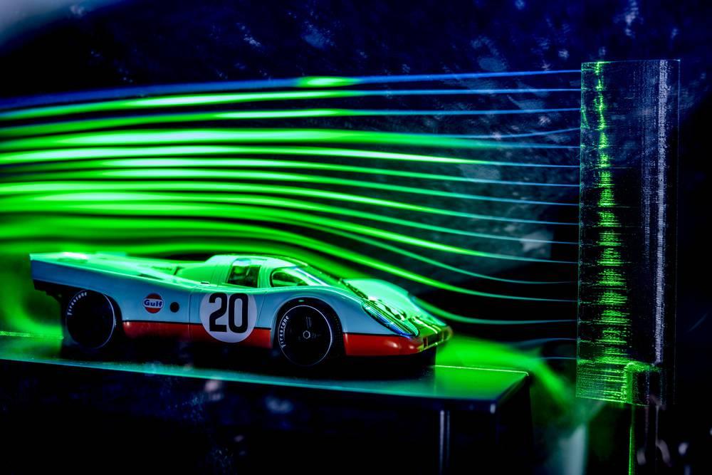Ein Modell-Windkanal führt den Besuchern die Aerodynamik eines Porsche 917 vor