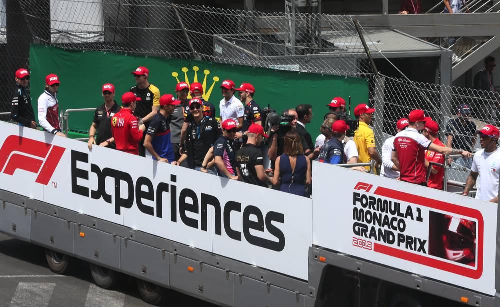 Alle Fahrer bei der Fahrerparade mit Lauda Kappen