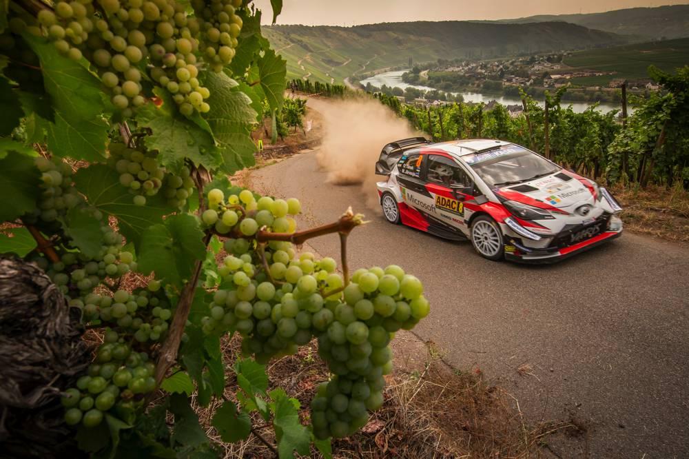 Motorsport-Action mit Panorama-Kulissen in den Mosel-Weinbergen.