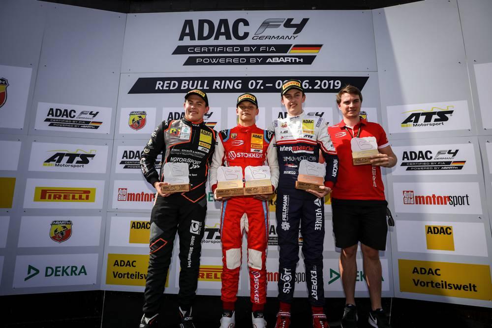 Aron (2. v.l.) feiert seinen ersten Sieg in der ADAC Formel 4