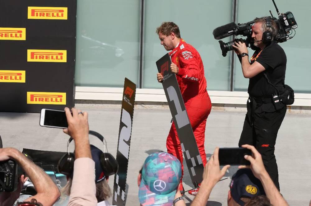 Vettel vertauscht die P1 und P2 Schilder im Parcferme