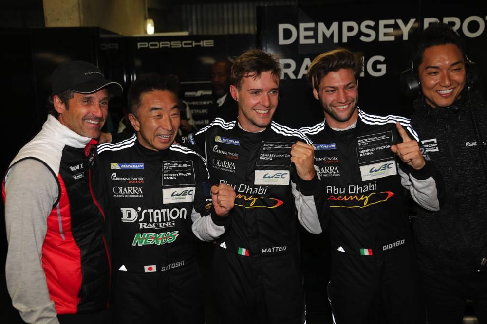 Patrick Dempsey freut sich mit seinen Piloten über die Pole Position