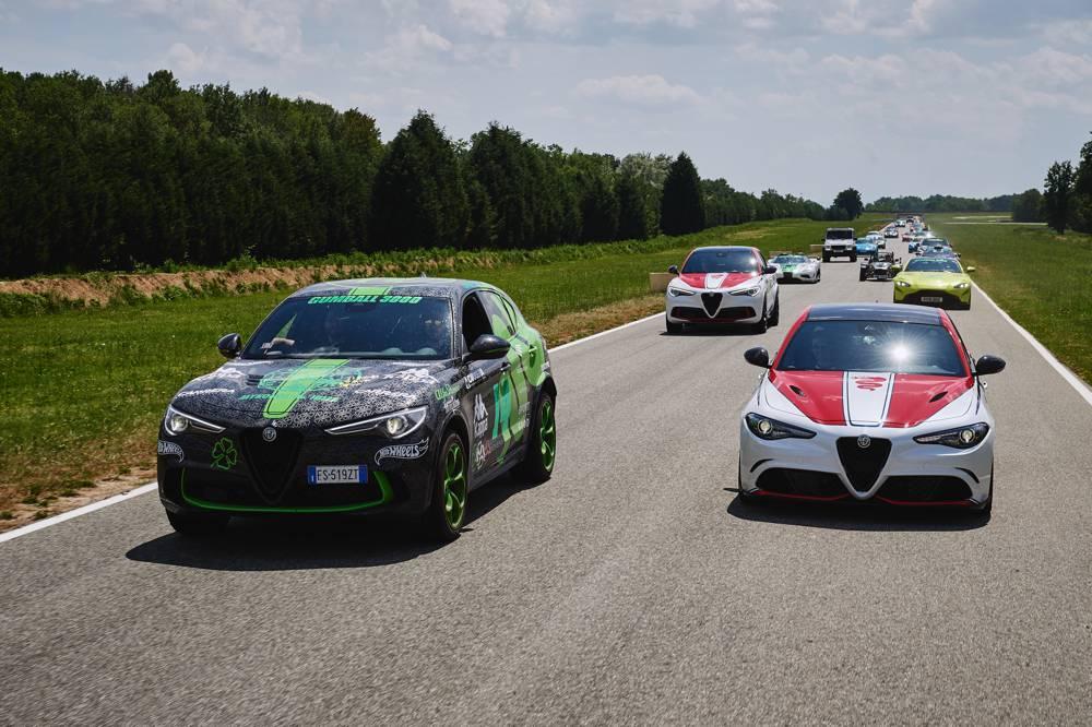 Die Parade mit der Sonderserie Alfa Romeo Racing und dem Stelvio mit spezieller Lackierung