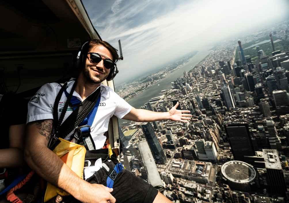 Daniel Abt im Helikopter mit offener Tür über Manhattan