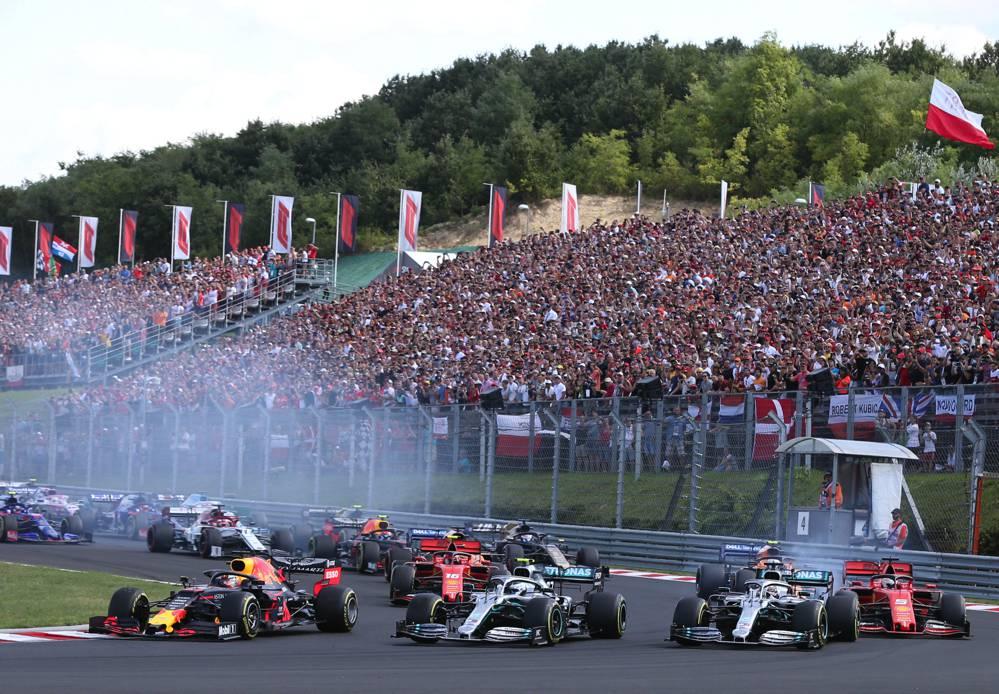 Erste Kurve beim GP Ungarn: Mercedes Rad-am-Rad und Verstappen auf der Innenseite