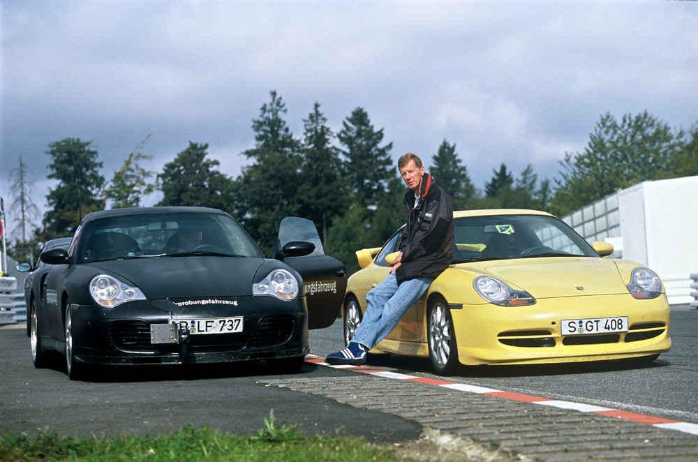 Walter Röhrl neben dem Porsche 911 Turbo 3,6 Coupé (links) und dem Porsche 911 GT3 (rechts), 1999.
