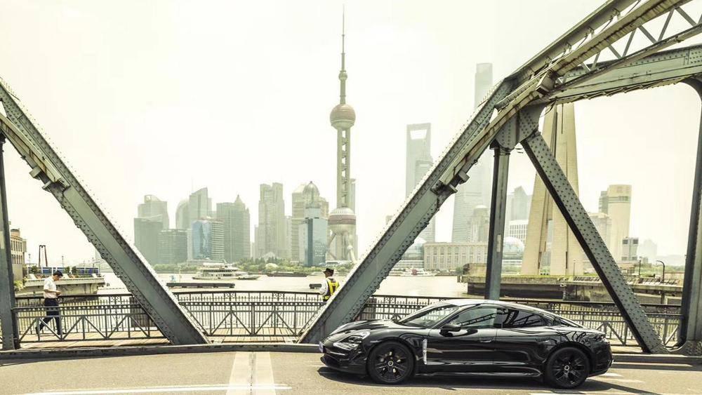Der vollelektrische Porsche Taycan ist der Kern des grünen Projektportfolios.