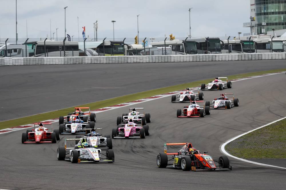 Polesetter Dennis Hauger (Nr. 62) muss sein Auto in Runde sechs nach einem Defekt abstellen