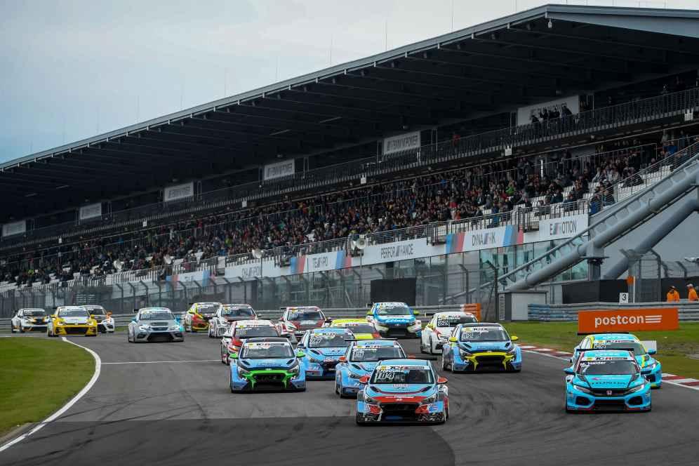 Volles Haus am Nürburgring: Neuville (Nr. 104) gewinnt das neunte Saisonrennen
