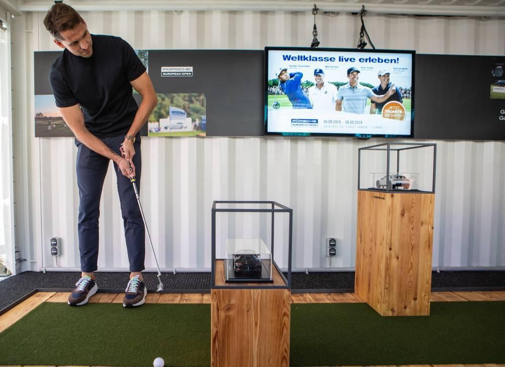 Der ehemalige Fußball-Nationalspieler René Adler eröffnet den Porsche Urban Golf