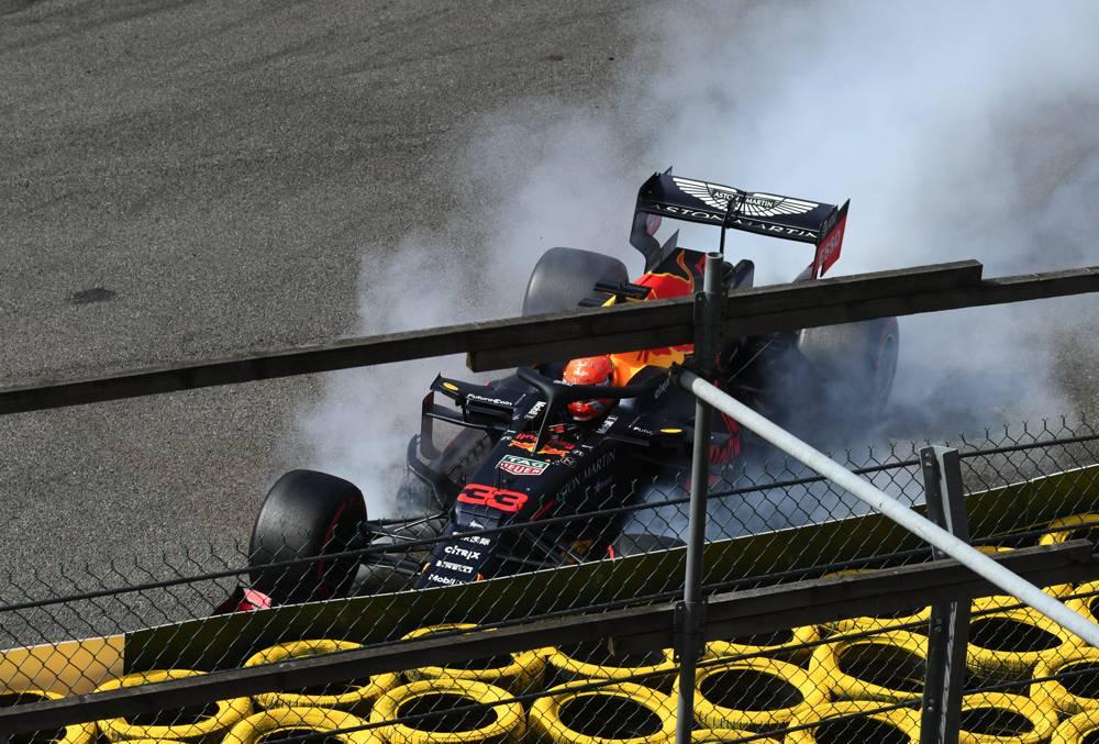 Verstappen steigt unverletzt aus dem F1 Boliden aus nach Crash im Eau Rouge