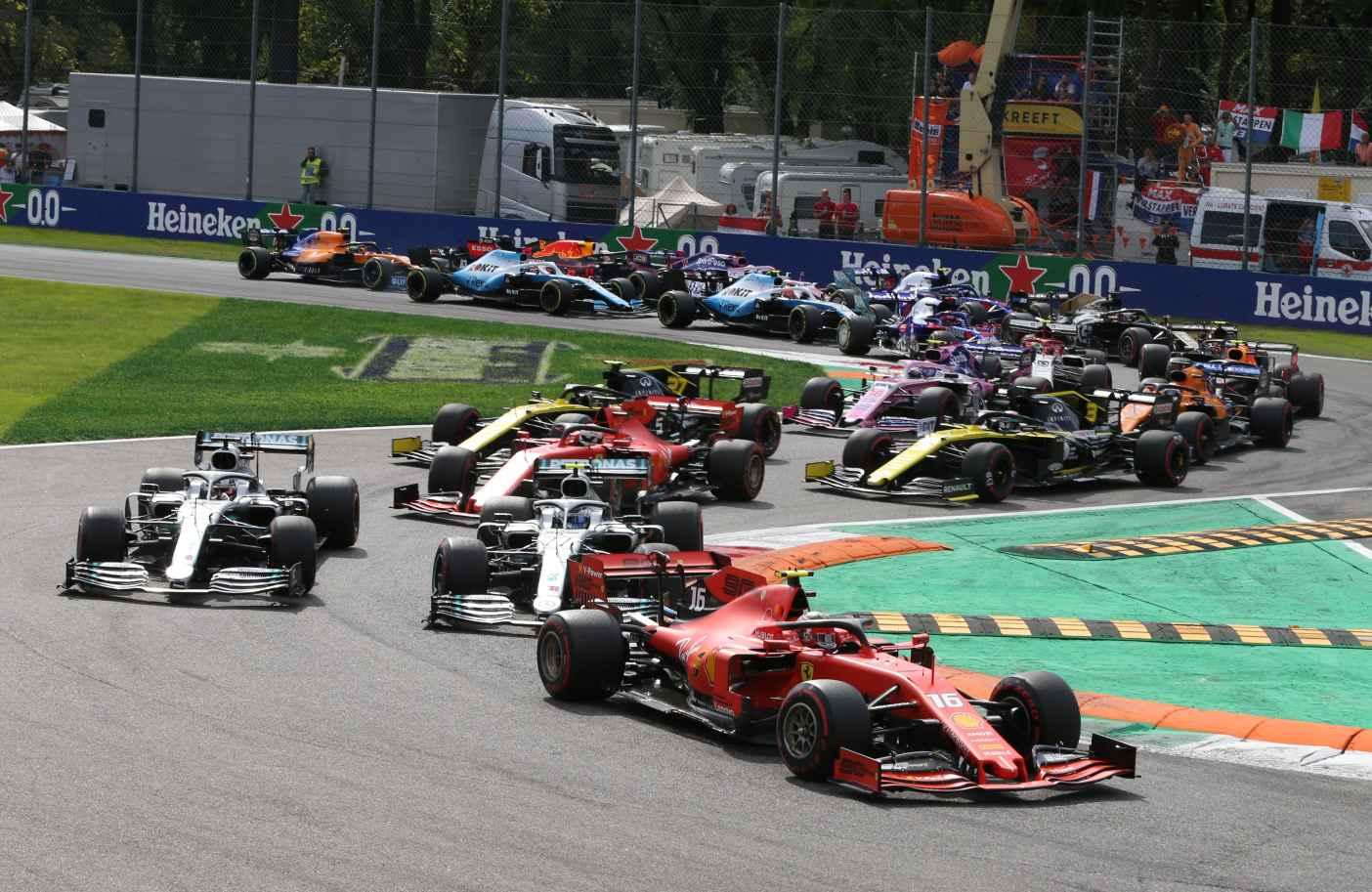 Leclerc bleibt beim Start in Italien vorne