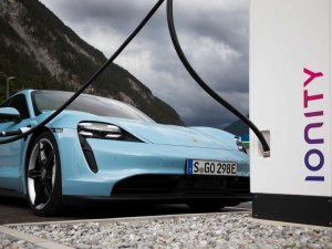 Neu beim Porsche Taycan: Plug & Charge, Functions on Demand, Head-Up-Display