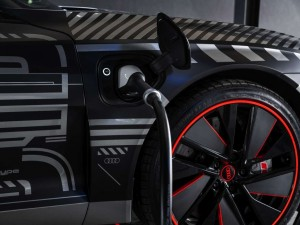 Video Hightech trifft Handarbeit: Die Produktion des Audi e-tron GT in den Böllinger Höfen